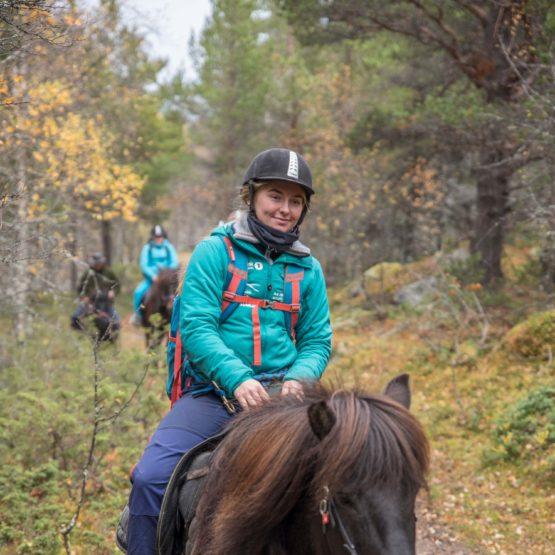 Jenter som er på ridetur med Fjelleventyret